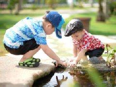 dva chlapci u vody
